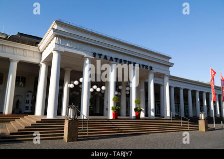 The colonnaded facade of the Hessisches Staatstheater (State Theatre of Hesse) in Wiesbaden, the state capital of Hesse, Germany. - Stock Photo