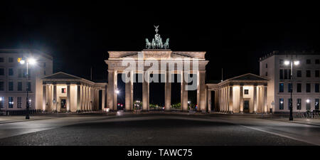 Berlin, Germany. 29th May, 2019. The Pariser Platz at the Brandenburg Gate is deserted in the early morning. Credit: Paul Zinken/dpa/Alamy Live News - Stock Photo