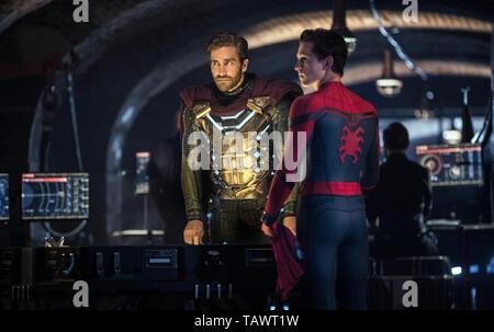 SPIDER-MAN: FAR FROM HOME 2019 de Jon Watts Jake Gyllenhaal Tom Holland. super heros; super hero; spiderman; spider-man; spider man; Mysterio d'apres  - Stock Photo