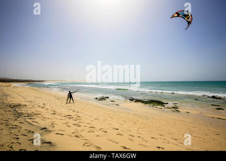 20.02.2019, Sal Rei, Boa Vista, Cape Verde Islands - Praia de Chaves, kitesurfer on the sandy beach. 00X190220D017CAROEX.JPG [MODEL RELEASE: NO, PROPE - Stock Photo