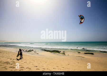 20.02.2019, Sal Rei, Boa Vista, Cape Verde Islands - Praia de Chaves, kitesurfer on the sandy beach. 00X190220D019CAROEX.JPG [MODEL RELEASE: NO, PROPE - Stock Photo
