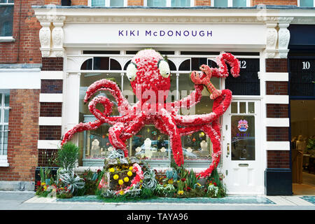 Chelsea in Bloom London, UK. Octopus floral sculpture outside Kiki McDonough, Symons Street, Chelsea. Royal borough of Kensington and Chelsea. - Stock Photo