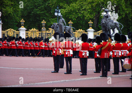 The British Queen's birthday celebration is on 8th June. Two weeks in advance a rehearsal takes place. Royal palace guard's band in front of the Bucki - Stock Photo