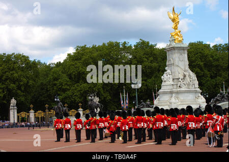The British Queen's birthday celebration is on 8th June. Two weeks in advance a rehearsal takes place. Royal palace guards marching in front of the Bu - Stock Photo