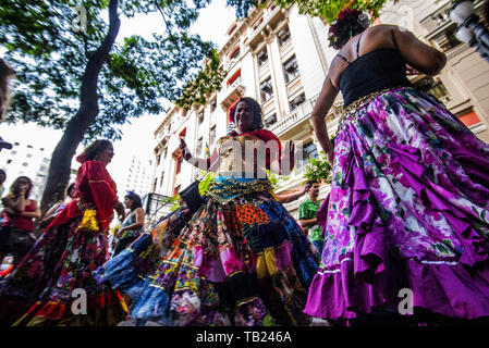Sao Paulo, Brazil. 29th May 2019. São Paulo (SP), 29/05/2019 -GYPSY DANCE IN SP -Gypsies dance in the old center of São Paulo on an autumn afternoon, on May 29, 2019 in São Paulo, Brazil. Credit: Cris Faga/ZUMA Wire/Alamy Live News - Stock Photo