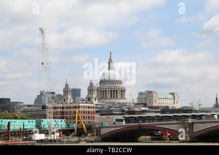 London, UK. 30th May, 2019. View of St Pauls Cathedra on a sunny and warm day in the capital. Credit: Dinendra Haria/Alamy Live News - Stock Photo