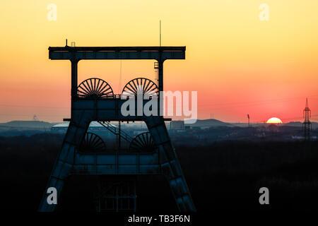 27.02.2019, Herten, North Rhine-Westphalia, Germany - Ewald colliery, Doppelbock-Foerdergeruest above shaft 7 at sunset, the coal mine was closed down - Stock Photo