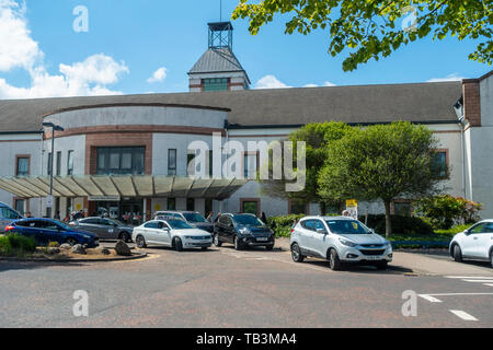 The main entrance to Wishaw General Hospital, an NHS hospital in North Lanarkshire, Scotland, with cars and taxis outside with patients and visitors. - Stock Photo