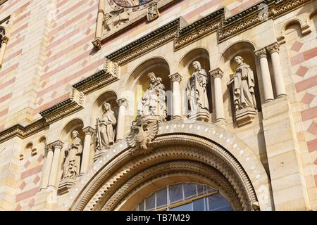 Patron saints of the cathedral on the western facade, figures Archangel Michael, John the Baptist, Virgin Mary, Stephanus, Bernhard of Clairvaux - Stock Photo