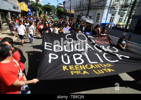Salvador, Brazil. 30th May, 2019. Banner calls for help for public education during a demonstration against education cuts, which brought together students and university professors, on Avenida 7 de Setembro, in protest march from Campo Ggrande to Castro Alves Square, in Salvador, Bahia. Credit: Mauro Akiin Nassor/FotoArena/Alamy Live News - Stock Photo