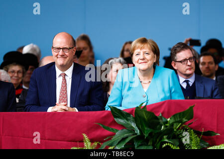 Cambridge, USA. 30th May, 2019. Chancellor Angela Merkel (CDU) sits next to Phillip Lovejoy in the run-up to her speech at Harvard University. In an emotional speech at the US elite university Harvard, Chancellor Merkel promoted international cooperation and mutual respect - and clearly distinguished herself from US President Trump. Credit: Omar Rawlings/dpa/Alamy Live News - Stock Photo