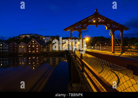 Night view of the typical Old Town Bridge (Gamle Bybro) on Nidelva River, one of the landmark of Trondheim. Trondheim, Norway, August 2018 - Stock Photo