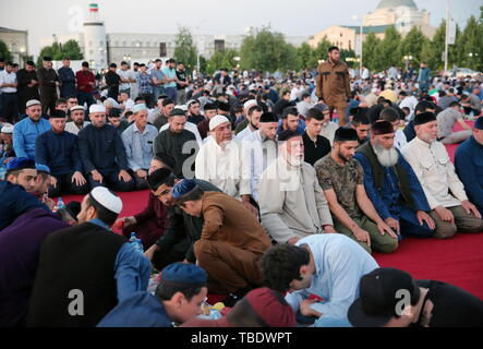 Grozny, Russia. 31st May, 2019. GROZNY, RUSSIA - MAY 31, 2019: Believers during a mass iftar, the evening meal traditionally taken by Muslims after sunset during the holy month of Ramadan, by the Akhmat Kadyrov Mosque. Yelena Afonina/TASS Credit: ITAR-TASS News Agency/Alamy Live News - Stock Photo