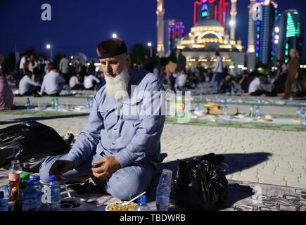 Grozny, Russia. 31st May, 2019. GROZNY, RUSSIA - MAY 31, 2019: A believer during a mass iftar, the evening meal traditionally taken by Muslims after sunset during the holy month of Ramadan, by the Akhmat Kadyrov Mosque. Yelena Afonina/TASS Credit: ITAR-TASS News Agency/Alamy Live News - Stock Photo