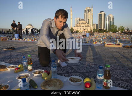 Grozny, Russia. 31st May, 2019. GROZNY, RUSSIA - MAY 31, 2019: A believer before a mass iftar, the evening meal traditionally taken by Muslims after sunset during the holy month of Ramadan, by the Akhmat Kadyrov Mosque. Yelena Afonina/TASS Credit: ITAR-TASS News Agency/Alamy Live News - Stock Photo