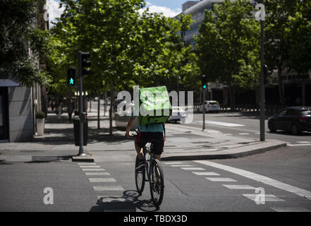 Madrid, Spain. 25th May, 2019. American online food ordering and delivery platform launched by Uber, Uber Eats, worker seen riding his bicycle in Madrid. Credit: Budrul Chukrut/SOPA Images/ZUMA Wire/Alamy Live News - Stock Photo