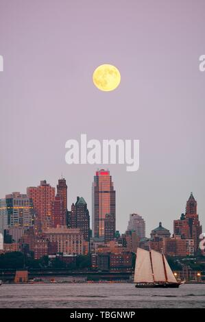 Super Moon and downtown buildings in Brooklyn - Stock Photo