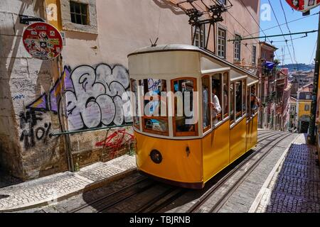 Lisbon, Portugal. 14th May, 2019. 14.05.2019, Lisbon, capital of Portugal on the Iberian Peninsula in the spring of 2019. The Elevador da Bica or Ascensor da Bica is one of three funicular railways in Lisbon. It runs through the Rua da Bica de Duarte Belcio in public street space and connects the Rua de São Paulo with Largo do Calhariz located in the Upper Town. At a length of 260 meters, he overcomes a height difference of 45 meters. | usage worldwide Credit: dpa/Alamy Live News - Stock Photo