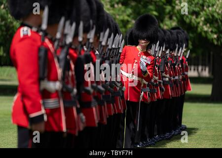 London, UK. 03rd June, 2019. The Queens Guards render a Royal Salute welcoming U.S President Donald Trump and First Lady Melania Trump during an official welcome ceremony at Buckingham Palace June 3, 2019 in London, England. Credit: Planetpix/Alamy Live News - Stock Photo