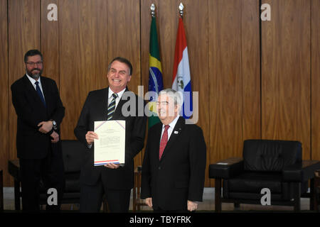 Brasilia, Brazil. 04th June, 2019. DF - Brasilia - 06/04/2019 - Presentation of the new ambassadors - Jair Bolsonaro, President of the Republic, accompanied by Bernardino Hugo Saguier Caballero, Ambassador of the Republic of Paraguay, on Tuesday, June 4, during a ceremony to present letters credentials of the new ambassadors held at the Palacio do Planalto. Photo: Mateus Bonomi/AGIF Credit: AGIF/Alamy Live News - Stock Photo