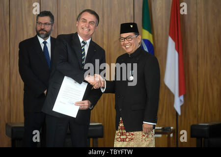 Brasilia, Brazil. 04th June, 2019. DF - Brasilia - 04/06/2019 - Presentation of new ambassadors - Jair Bolsonaro, President of the Republic, accompanied by Edi Yusup, Ambassador of the Republic of Indonesia, on Tuesday, June 4, during a ceremony to present credentials new ambassadors held at the Palacio do Planalto. Photo: Mateus Bonomi/AGIF Credit: AGIF/Alamy Live News - Stock Photo