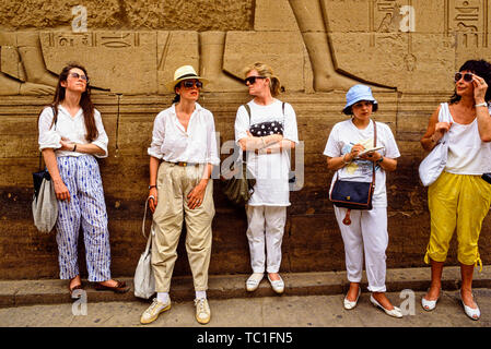 The Nile, Egypt. Tourists take a break from viewing the many temples near Luxor. Photo: © Simon Grosset. Archive: Image digitised from an original tra - Stock Photo
