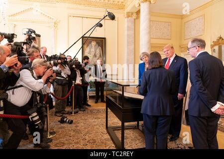 London, UK. 04th June, 2019. U.S President Donald Trump outgoing British Prime Minister Theresa May and her husband Philip May, right, view an original copy of the U.S. Declaration of Independence during a tour of historic documents at #10 Downing Street June 4, 2019 in London, England. The handwritten parchment copy of the U.S. Declaration of Independence, known as the Sussex Declaration, is one of only two known to exist. Credit: Planetpix/Alamy Live News - Stock Photo