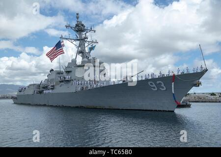U.S. Navy sailors assigned to the Arleigh Burke-class guided-missile destroyer USS Chung Hoon man the rails as the ship pulls into homeport Joint Base Pearl Harbor-Hickam May 31, 2019 in Honolulu, Hawaii. - Stock Photo