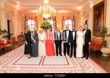 London, UK. 04th June, 2019. U.S President Donald Trump, and First Lady Melania Trump pose with Prince Charles and the Duchess of Cornwall at a gala hosted by the Trumps at Winfield House June 4, 2019 in London, England. Joining the from left, Lara Trump, Tiffany Trump, Donald Trump, Jr., Ivanka Trump and Eric Trump. Credit: Planetpix/Alamy Live News - Stock Photo
