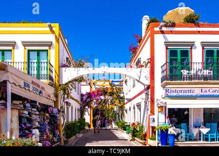 White houses with blooming Baougainvillea in the 'Little Venice' area of Mogan, Gran Canaria, Canary Islands. - Stock Photo