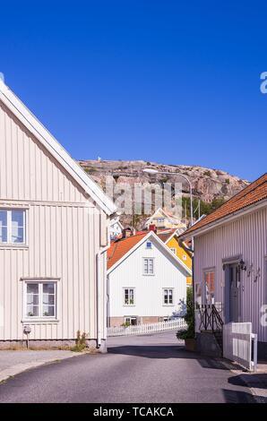 Residential cottages and houses in the fishing village of Fjallbacka in Bohuslan county, Sweden. Typische Wohnhäuser im schwedischen Fischerort - Stock Photo