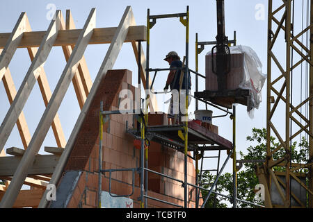 Gronsdorf, Deutschland. 05th June, 2019. Black workers, moonlighting, workers, construction workers, construction industry, newly built apartment in Gronsdorf in the district of Muenchen, housing, building, real estate, Eigenheimtumswohnung.Neubau, Housing, rented apartment, rent, building boom, apartment building, commercial property, build, construction, construction, real estate, real estate, Construction industry, urban conurbation, construction site, scaffolding, shell construction. | usage worldwide Credit: dpa/Alamy Live News - Stock Photo
