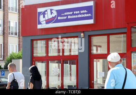 Rostock, Germany. 06th June, 2019. A branch of the insolvent bakery chain 'Lila Bäcker' is 'closed for operational reasons until further notice from Monday, 29.04.2019'. More than 70 of the last 400 stores in Berlin, Brandenburg and Mecklenburg-Western Pomerania are to be closed or sold. The chain had filed for insolvency in January 2019. Credit: Bernd Wüstneck/dpa-Zentralbild/ZB/dpa/Alamy Live News - Stock Photo