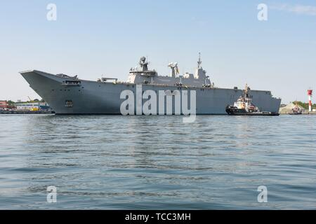 Keel, Deutschland. 05th June, 2019. 05.06.2019, the big DropShip Juan Carlos I enters Kiel Harbor to take part in the annual Manover BALTOPS. It is with a length of 236.5 m the flagship of the Spanish Navy. It is used as an amphibious assault ship, as well as a light aircraft carrier for the McDonnell Douglas AV-8B Harrier II. Long shot just before landing with fighter jets and vehicles. | usage worldwide Credit: dpa/Alamy Live News - Stock Photo