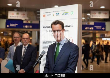 NRW-Verkehrsminister Hendrik Wüst bei der Unterzeichnung der MOF 3-Vereinbarung im Kölner Hauptbahnhof. Köln, 06.06.2019 - Stock Photo