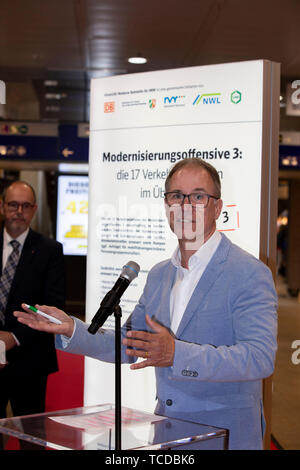 Dr. Norbert Reinkober bei der Unterzeichnung der MOF 3-Vereinbarung im Kölner Hauptbahnhof. Köln, 06.06.2019 - Stock Photo