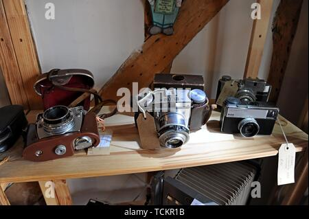 Vintage cameras on display in an antiques centre in Leominster, Herefordshire - Stock Photo