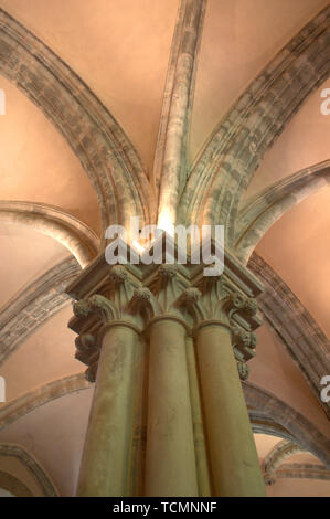 Detail of the capital of a column in the Fossanova Abbey, located in Priverno, Italy. It is one of the finest examples of Early Gothic style. - Stock Photo