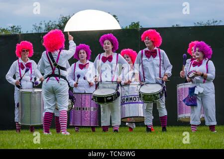 Edinburgh, Scotland, UK. 8th June 2019. Moonwalk Scotland: The 14th Moonwalk Scotland 'Walk the Walk' night-time event. Edinburgh all women Samba drumming band Commotion dressed as clowns - Stock Photo