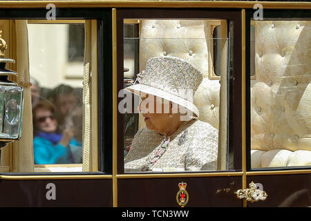London, UK. 08th June, 2019. Britain's Queen Elizabeth II is seen in a carriage on her way to Buckingham Palace after the Trooping the Colour ceremony, which marks her 93rd birthday. Credit: SOPA Images Limited/Alamy Live News - Stock Photo