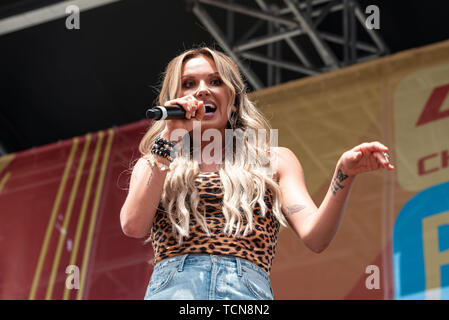 Nashville, Tennessee, USA. 08th June, 2019. NASHVILLE, TENNESSEE - JUNE 08: Carly Pearce performs onstage during day 3 of the 2019 CMA Music Festival on June 8, 2019 in Nashville, Tennessee. Photo: Andrew Wendowski for imageSPACE/MediaPunch Credit: MediaPunch Inc/Alamy Live News - Stock Photo