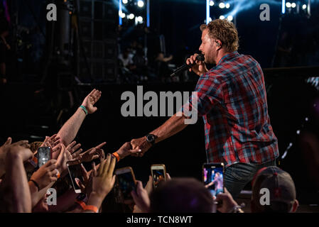 Nashville, Tennessee, USA. 08th June, 2019. NASHVILLE, TENNESSEE - JUNE 08: Dierks Bentley performs onstage during day 3 of the 2019 CMA Music Festival on June 8, 2019 in Nashville, Tennessee. Photo: Andrew Wendowski for imageSPACE/MediaPunch Credit: MediaPunch Inc/Alamy Live News - Stock Photo
