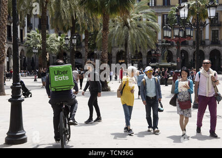 Barcelona, Spain. 29th May, 2019. American online food ordering and delivery platform launched by Uber, Uber Eats, worker rides his bicycle in Barcelona. Credit: Miguel Candela/SOPA Images/ZUMA Wire/Alamy Live News - Stock Photo