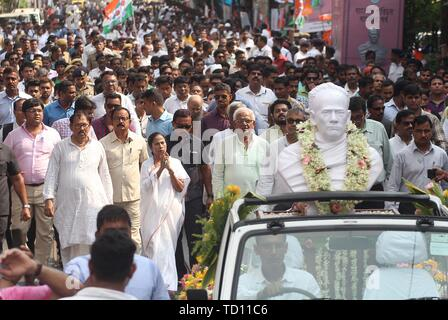 Kolkata, India. 11th June, 2019. A statue of Vidyasagar transported for installation at Vidyasagar College in Kolkata. On Tuesday, West bengal Chief Minister Mamata Banerjee installed new Statues of Vidyasagar at Vidyasagar College in Kolkata. On 14th May 2019 during Amit Shah's Rally in between a clash of TMC and BJP Supporters few people destroyed a Statue of Vidyasagar. Credit: SOPA Images Limited/Alamy Live News - Stock Photo