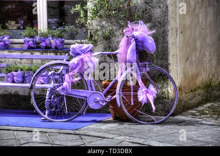 Fahrrad, Rad, Violett, lackiert, Rad, Reifen, defekt, Kette, Dynamo, Speichen, Vollgummi, Vollgummireifen, abgestellt, Kettenschutz, Halterung, Masche - Stock Photo