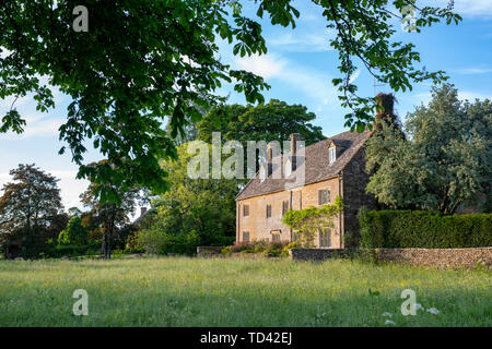 Cotswold Stone house in the late evening light. Wyck Rissington, Cotswolds, Gloucestershire, England - Stock Photo