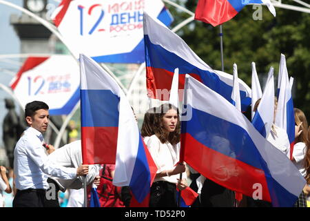 Chelyabinsk, Russia. 12th June, 2019. CHELYABINSK, RUSSIA - JUNE 12, 2019: Waving Russian national flags during celebrations marking Russia Day. Nail Fattakhov/TASS Credit: ITAR-TASS News Agency/Alamy Live News - Stock Photo