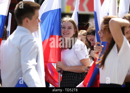 Chelyabinsk, Russia. 12th June, 2019. CHELYABINSK, RUSSIA - JUNE 12, 2019: Carrying Russian national flags during celebrations marking Russia Day. Nail Fattakhov/TASS Credit: ITAR-TASS News Agency/Alamy Live News - Stock Photo