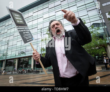 Ricky Tomlinson protests outside BBC Media City in Salford, Greater Manchester, at the broadcaster's decision to axe free TV licences for 3.7 million pensioners. - Stock Photo