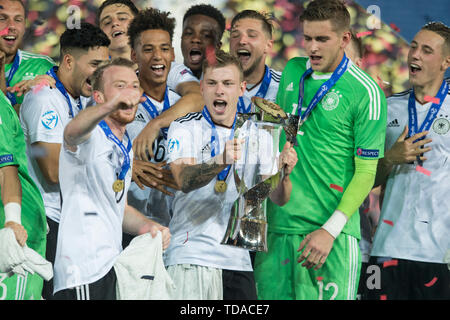 Preview UEFA Under21 European Championship in Italy/SanMarino from 16.-30.06.2019. Archive photo: Max MEYER (mi., GER) and his withspiueler cheer with cup, jubilation, cheering, cheering, joy, cheers, celebrate, final jubilation, award ceremony, winner, Soccer U21 European Championship Final, Germany (GER) - Spain (ESP) 1: 0, on 30/06/2017 in Krakow/Poland. Football U21 European Championship from 16.06. - 30.06.2017 in Poland, å | usage worldwide - Stock Photo